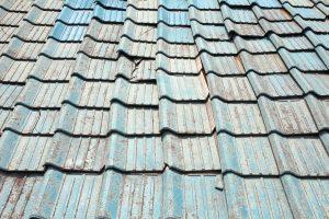台風で破損した屋根